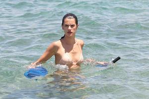 th_74073_Alessandra_Ambrosio_on_the_beach_in_Hawaii_24_122_233lo.jpg