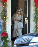 Olsen twins (Сестры Олсен: Мэри-Кейт и Эшли) - Страница 5 Th_43900_Preppie_-_Mary-Kate_and_Ashley_Olsen_Christmas_shopping_in_West_Hollywood_-_Dec._24_2009_384_122_432lo
