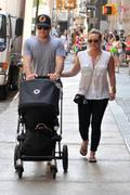 http://img234.imagevenue.com/loc521/th_178934354_Hilary_Duff_Out_in_NY6_122_521lo.jpg