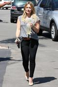 http://img234.imagevenue.com/loc587/th_883288918_Hilary_Duff_at_Starbucks20_122_587lo.jpg